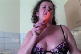 Mature hairy mom stuffs her poon with veggies