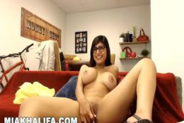 MIA KHALIFA – Hanging Out With My Fans On Camster