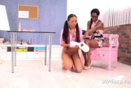 Bailey et Jasmine Webb semblent adorer la pisse