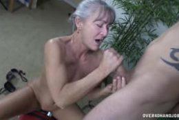Cette femme mature branle très bien !