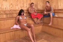 Deux bites imposantes dans le sauna