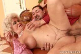 Deux hommes pour démonter une vieille femme poilue