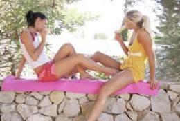 Deux lesbiennes qui savent y faire en extérieur