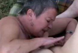 Deux vieilles lesbiennes en extérieur