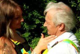 En extérieur – Une jeune baise avec un vieux
