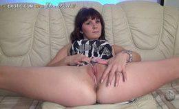 Flexible Elza Shows Her Body