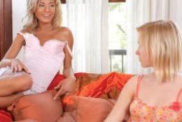 Lesbiennes blondes bandantes s'éclatent dans une scène entre filles