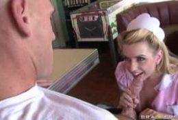 Lexi Belle la serveuse poilue!