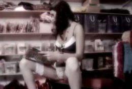 Une brunette se caresse au magasin