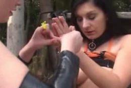 Une dominatrice joue avec son esclave