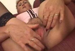 Une femme mature blonde qui couche avec un jeune