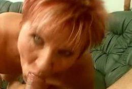 Une grosse femme mature se fait plaisir avec une bite en bouche