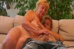 Vieille femme chaude qui se tape un blond