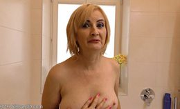 Gorgeous-mature-jennyfer-b-gave-an-interview-in-her-bathroo…