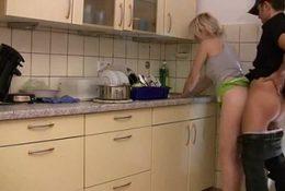 Junge Deutsch Blondine während Abwasch gefickt