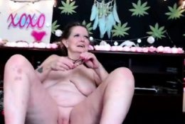 Mature toying herself on webcam