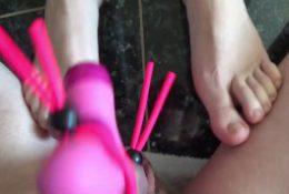 Big cock cums on Miss Bexxys feet (vibrator & handsfree)
