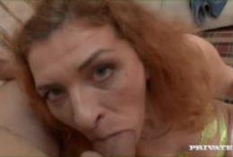 Cette femme rousse semble être très volontaire !