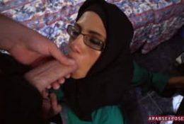 Jeune femme baise pour avoir une chambre