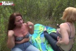 Matures lesbiennes baisent dans les bois
