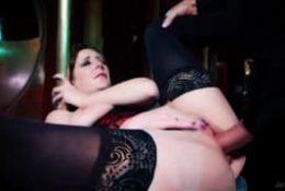 Samantha Bentley – Après le strip-tease elle joue avec le sexe d'un client