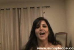 Sunny leone en solo POV se doigte à merveille