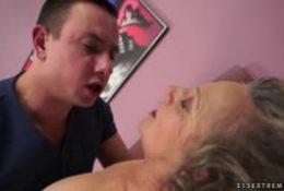 Une grand mère ce fait belle pour cet homme