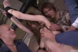 Yuu Hinouchi se fait complètement déchirée la chatte