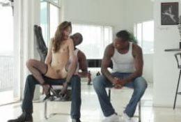 La brunette Riley Reid soumise à 2 bites noires