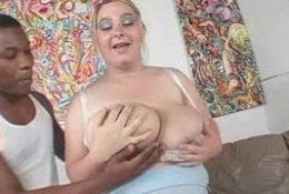 Une bbw blonde baise avec son voisin black