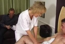 Cette femme blonde est une infirmière gourmande