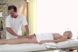 Karol prend du plaisir avec le masseur
