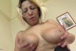 Une femme blonde et mature dans un porno