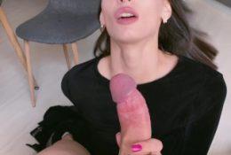 Молодая подружка берет член в рот