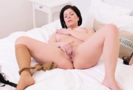 French milf Chloe makes her mature pussy hot and tingly