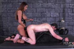 Anissa Kate boxe la prostate d'un fragile