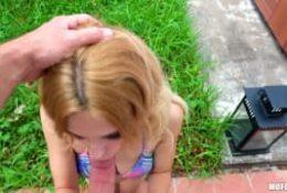Une teen en bikini suce baise pour des billets