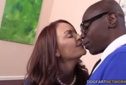Janet Mason baisée par deux blacks bien montés