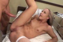 Jeune infirmière motivée pour la bite d'un patient !