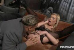 Belle blonde qui se fait peter la rondelle !