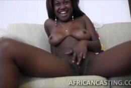 Black aux gros nichons naturels fait un casting porno