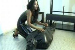 Black dominatrice en latex