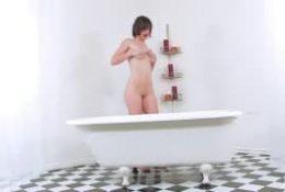 Jennifer White pour des caresses délicates dans son bain