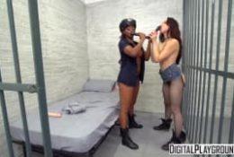 Une noire et une jeune s'amusent avec un gode