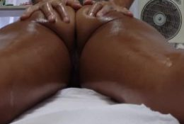 Hidden Camera Records Milf Housewife Get Pussy Fingered by his Masseur !