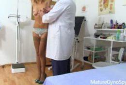 Monique va chez le gynécologue en tout bien tout honneur