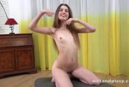 Jeune brune chaude se masturber avec un sextoy