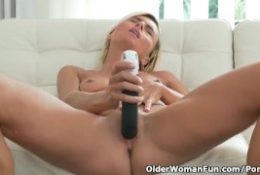 Short-haired milf Sunny pleasures her pussy