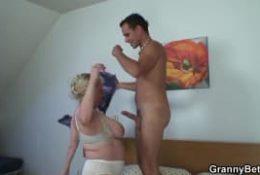 Une mature blonde se fait plaisir avec un jeune