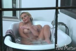 Phoenix Marie se masturbe dans sa propre baignoire